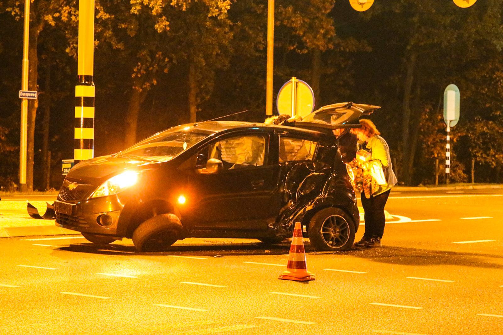 Eenzijdig ongeval op Europaweg; auto raakt zwaar beschadigd.