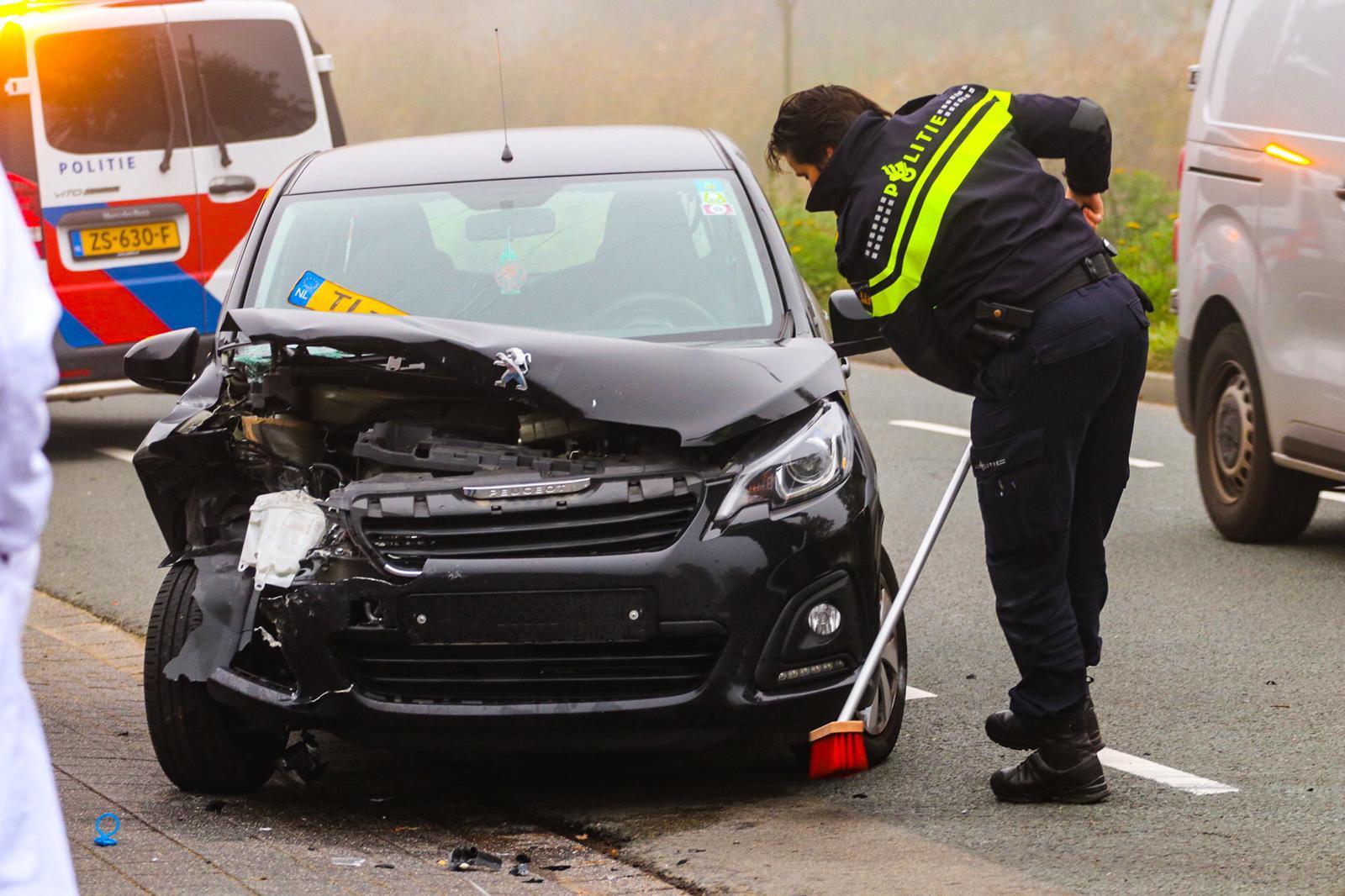Oudere vrouw rijdt tegen geparkeerde auto aan en raakt gewond