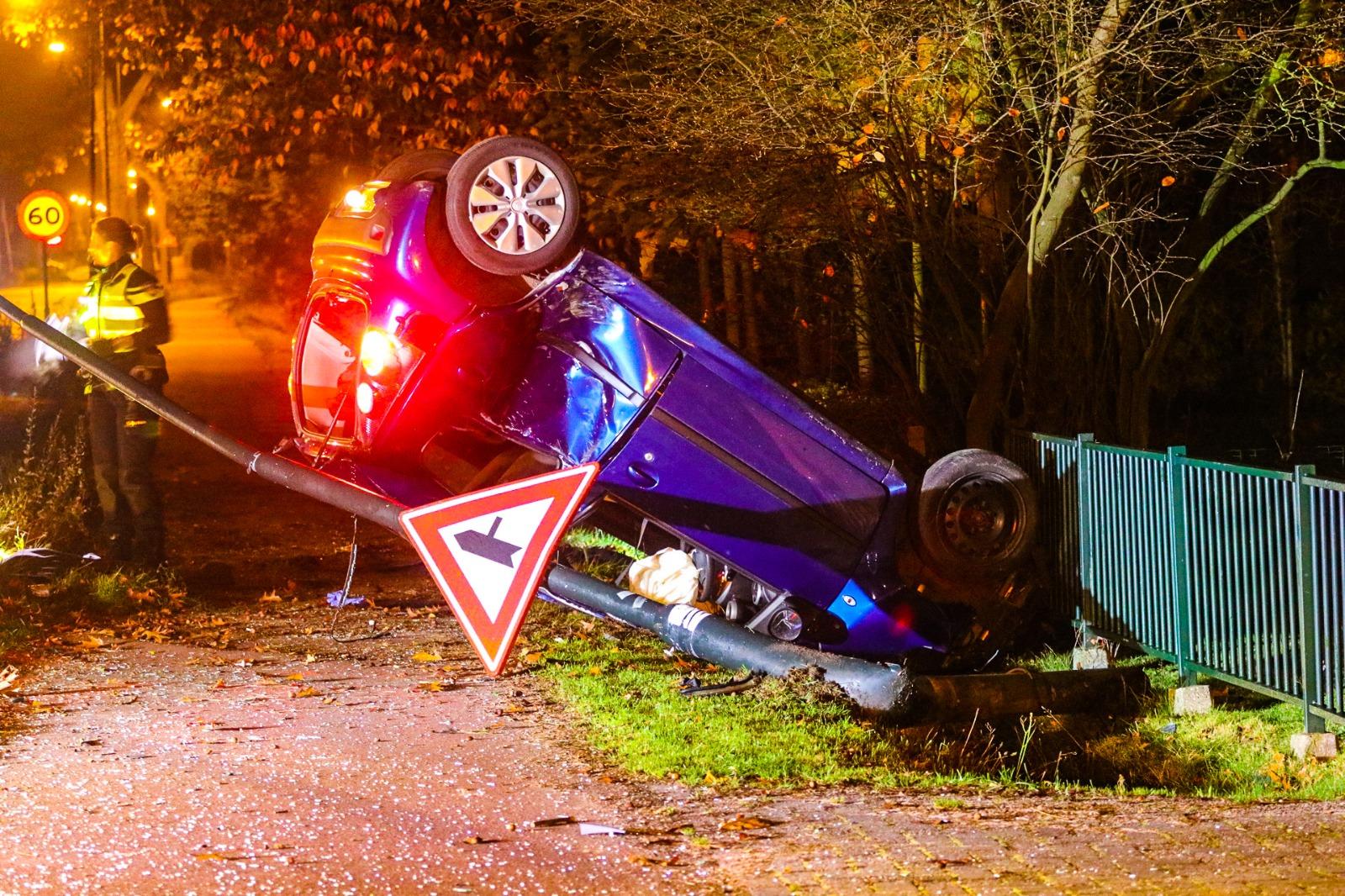 Auto belandt in greppel; twee inzittenden gewond
