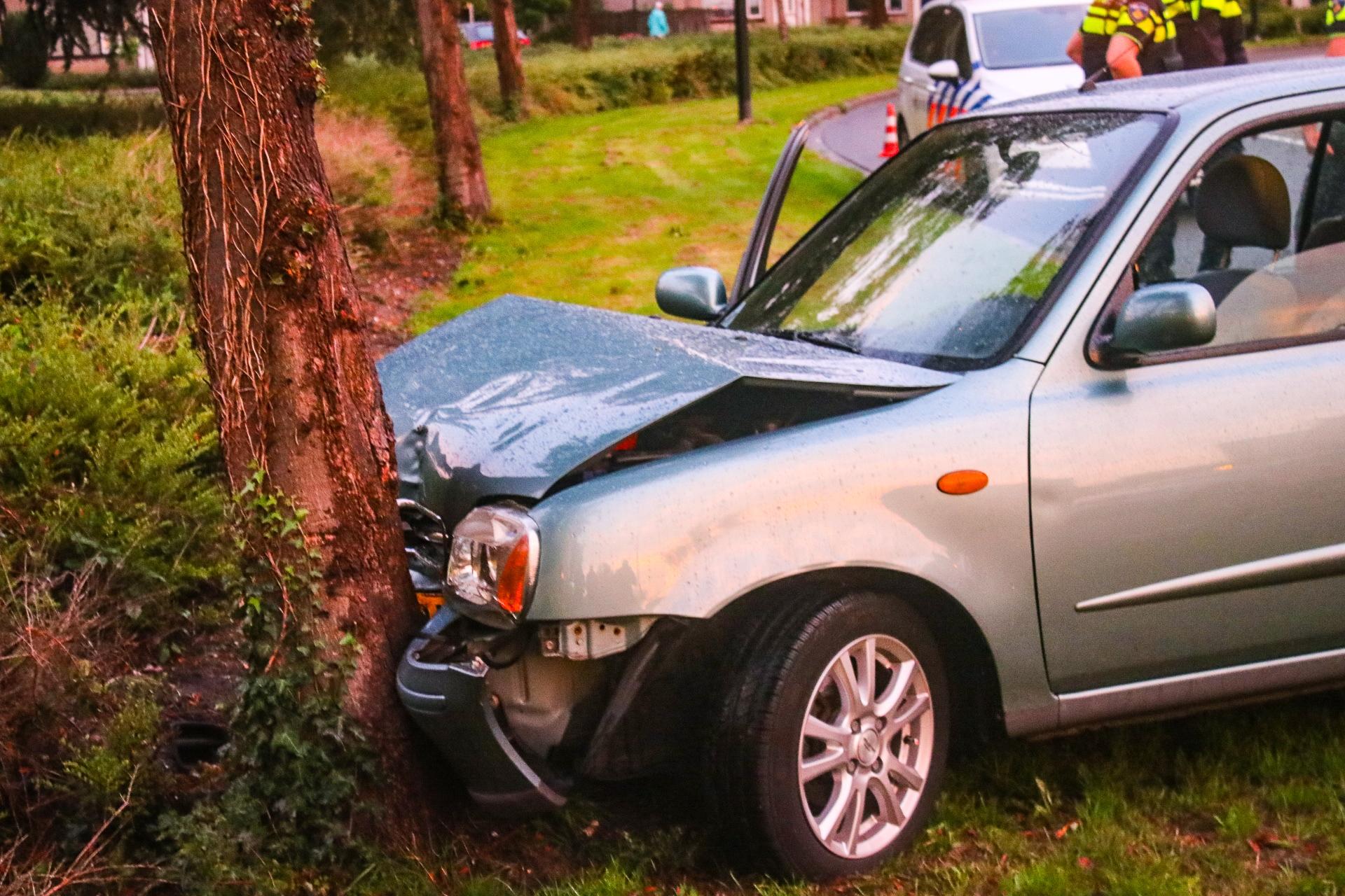 Auto botst tegen boom in beruchte bocht