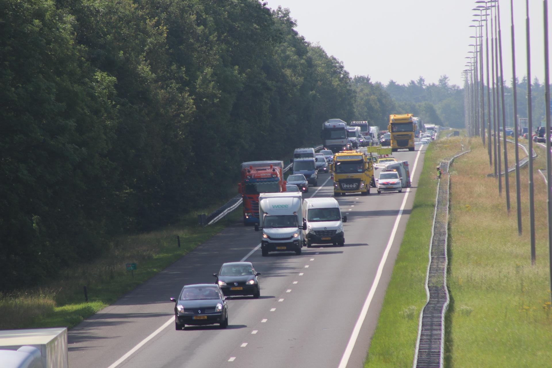 Caravan geschaard op de A50 bij Apeldoorn Noord