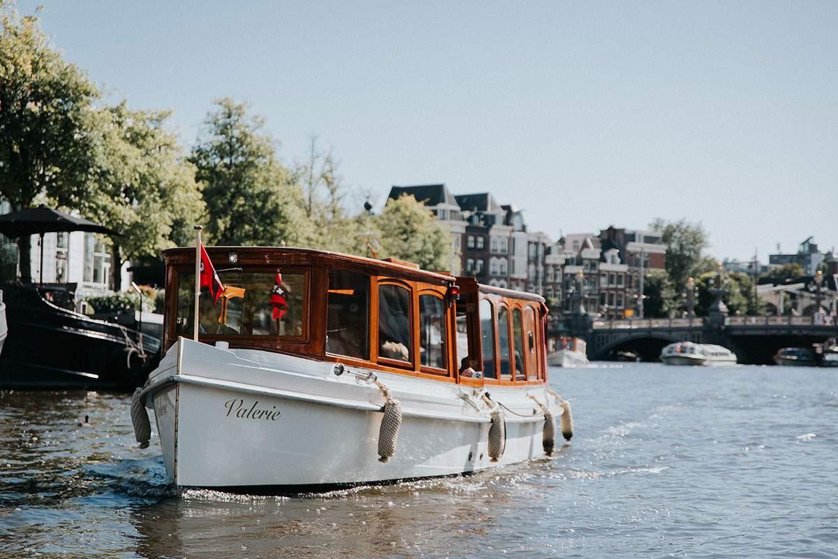 Een luxe vaartocht over de Amsterdamse grachten