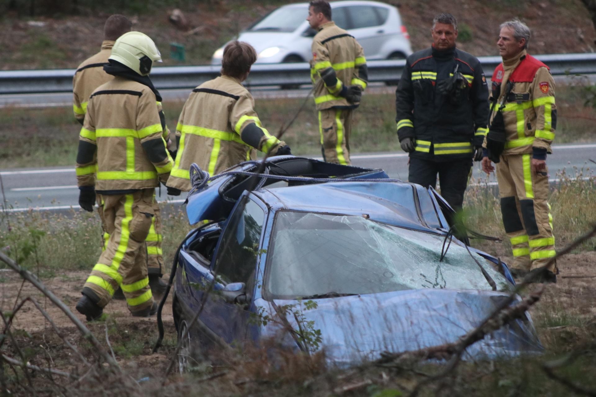 Auto slaat over de kop; Twee gewonden naar ziekenhuis