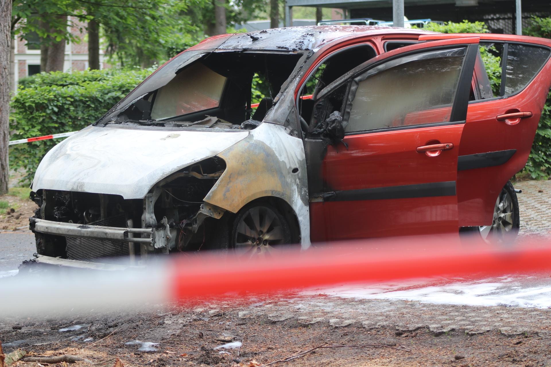 Auto in brand gestoken bij zorginstelling in Beekbergen
