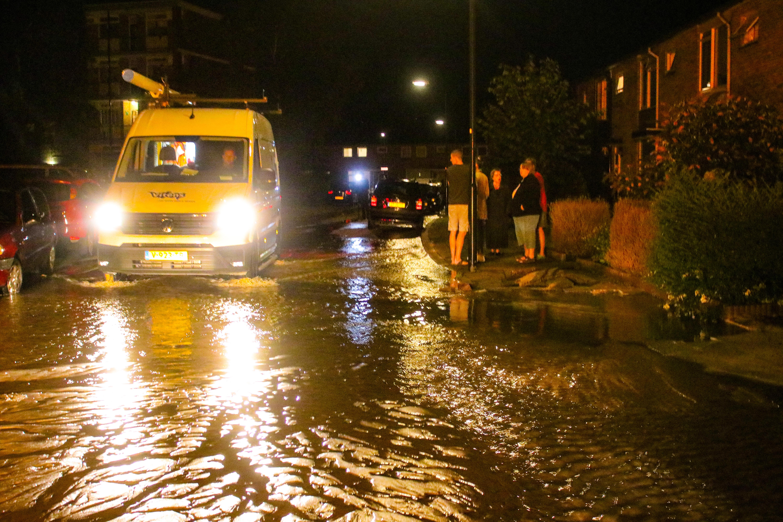 Waterleiding gesprongen; Straat staat onder water