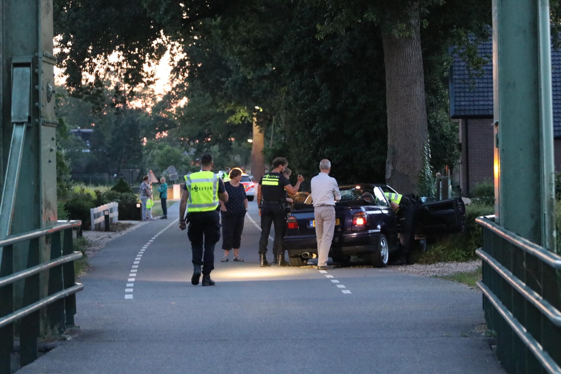 Auto botst tegen boom in Vaassen; een gewonde