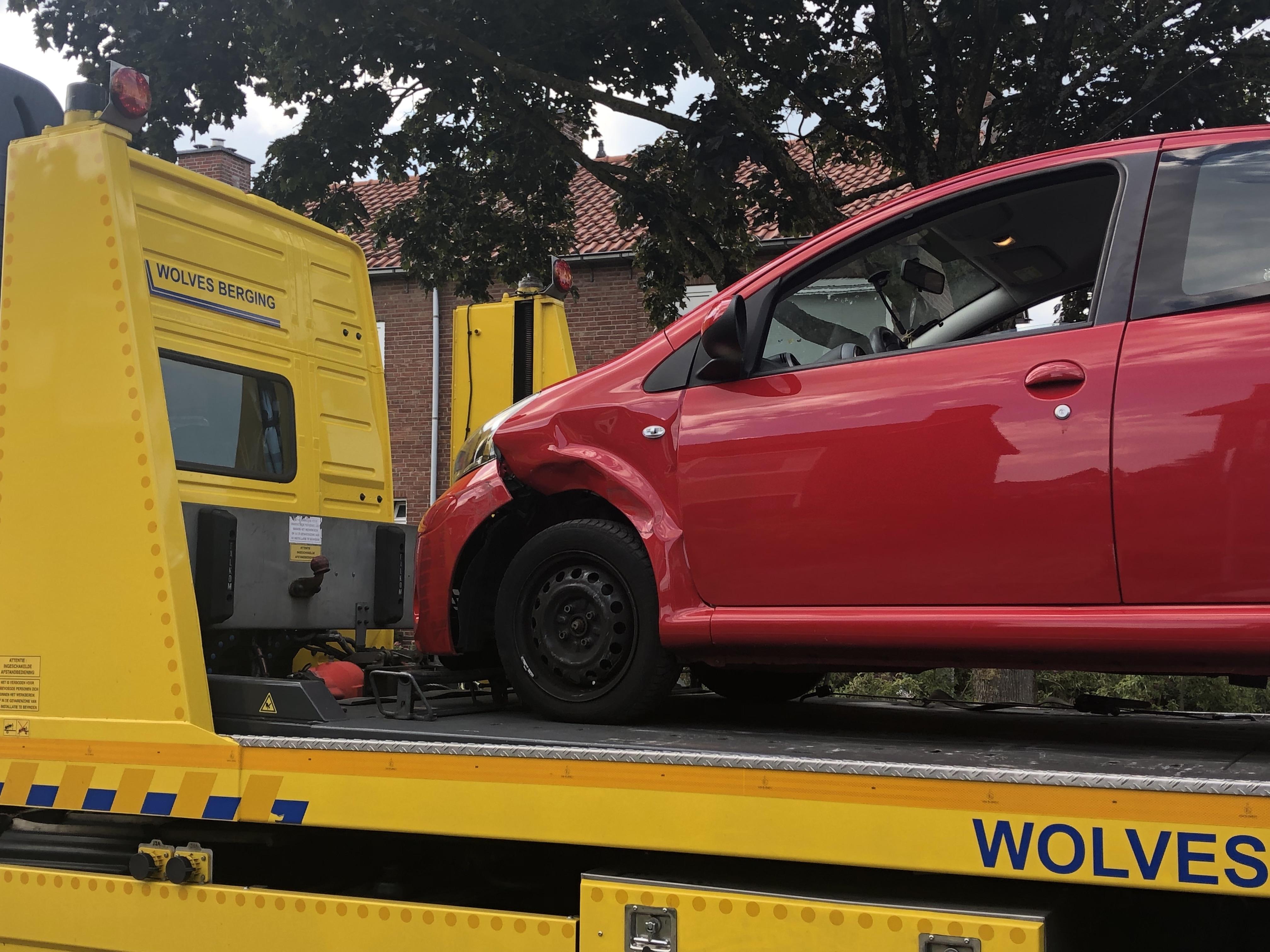 Autos fors beschadigd na aanrijding in Apeldoorn'