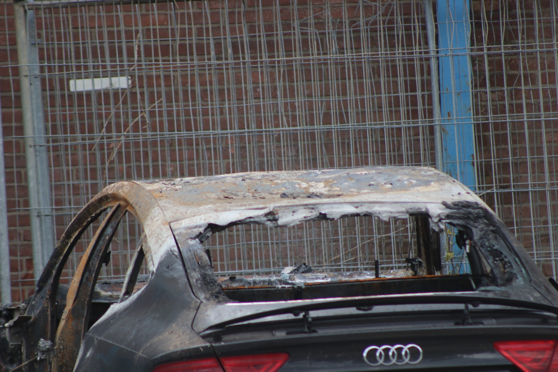 Autobrand bij bedrijfspand in Apeldoorn; Politie doet onderzoek