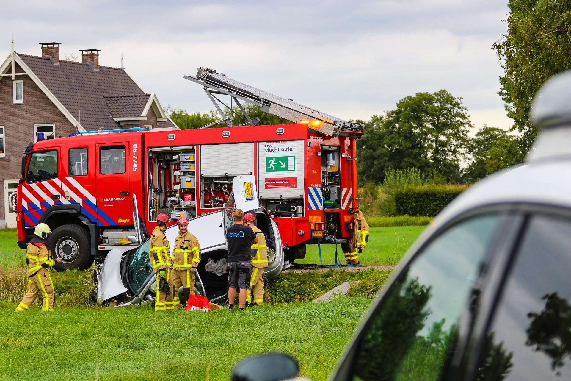 Drie gewonden bij ongeval in Klarenbeek; autos belandden in sloot'