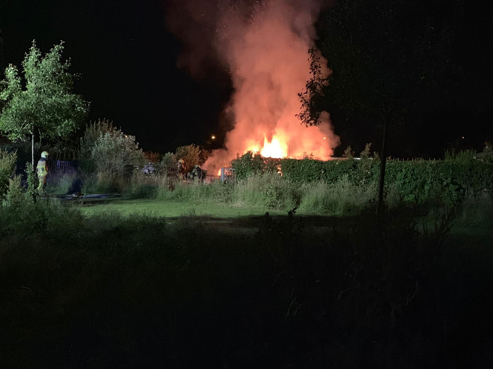 Uitslaande brand in tuinhuisje en kweekkast