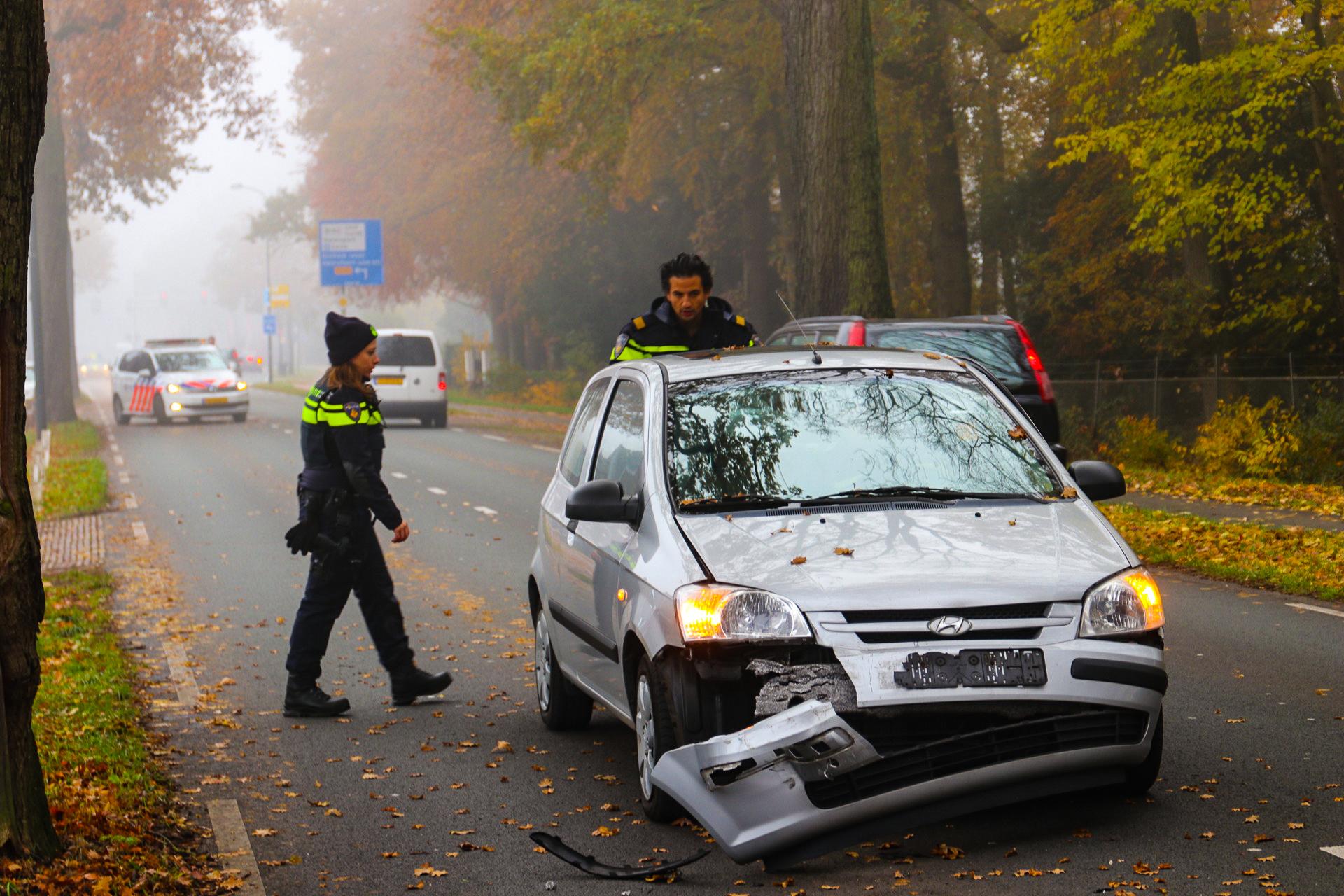 Veel blikschade bij aanrijding op de Deventerstraat in Apeldoorn