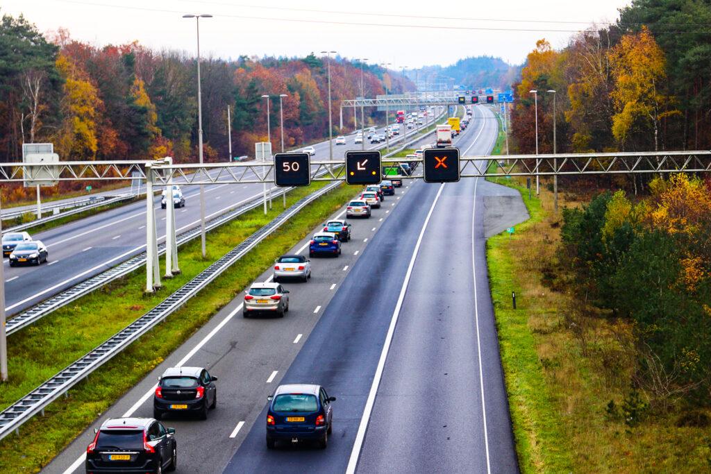 Lange file door ongeval op de A50; Twee rijstroken dicht.