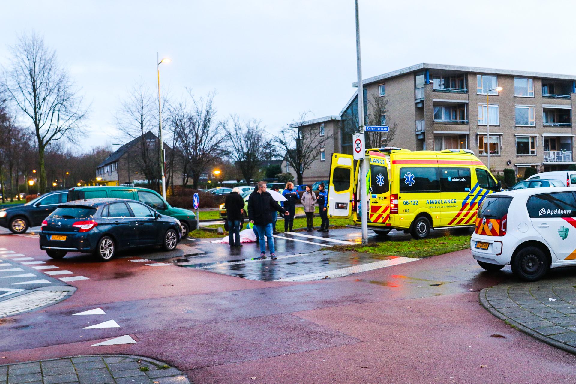 Fietsster gewond bij aanrijding met auto op de Gildenlaan in Apeldoorn.