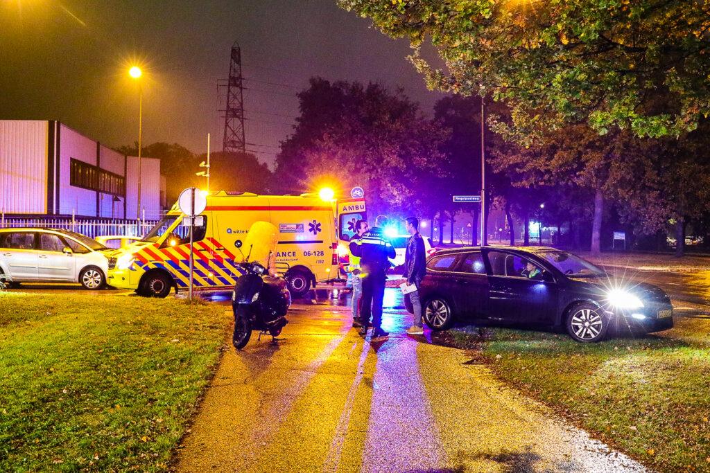 Scooterrijder raakt lichtgewond bij botsing met auto op de Kayersdijk.