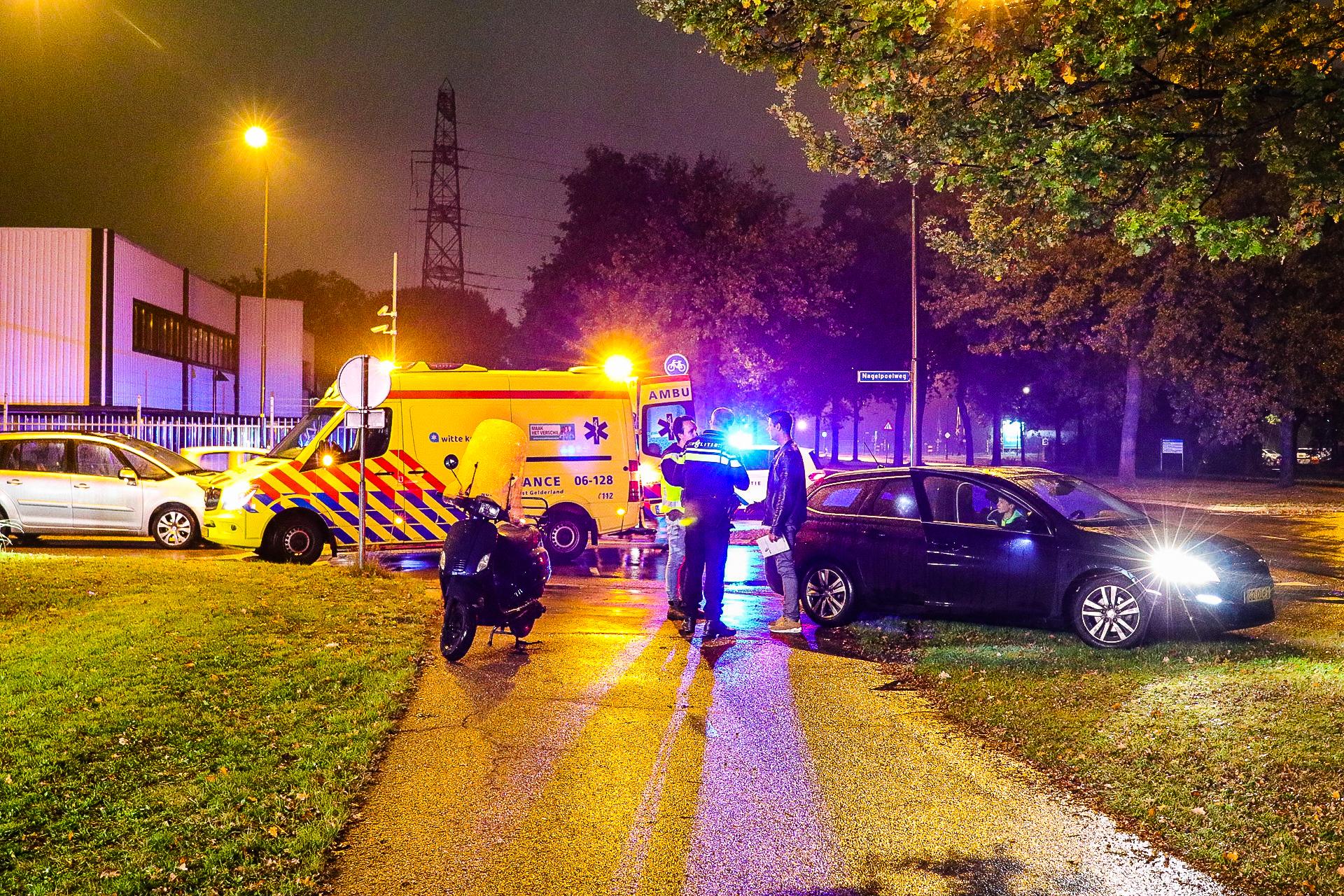 Scooterrijder raakt lichtgewond bij botsing met auto op de Kayersdijk