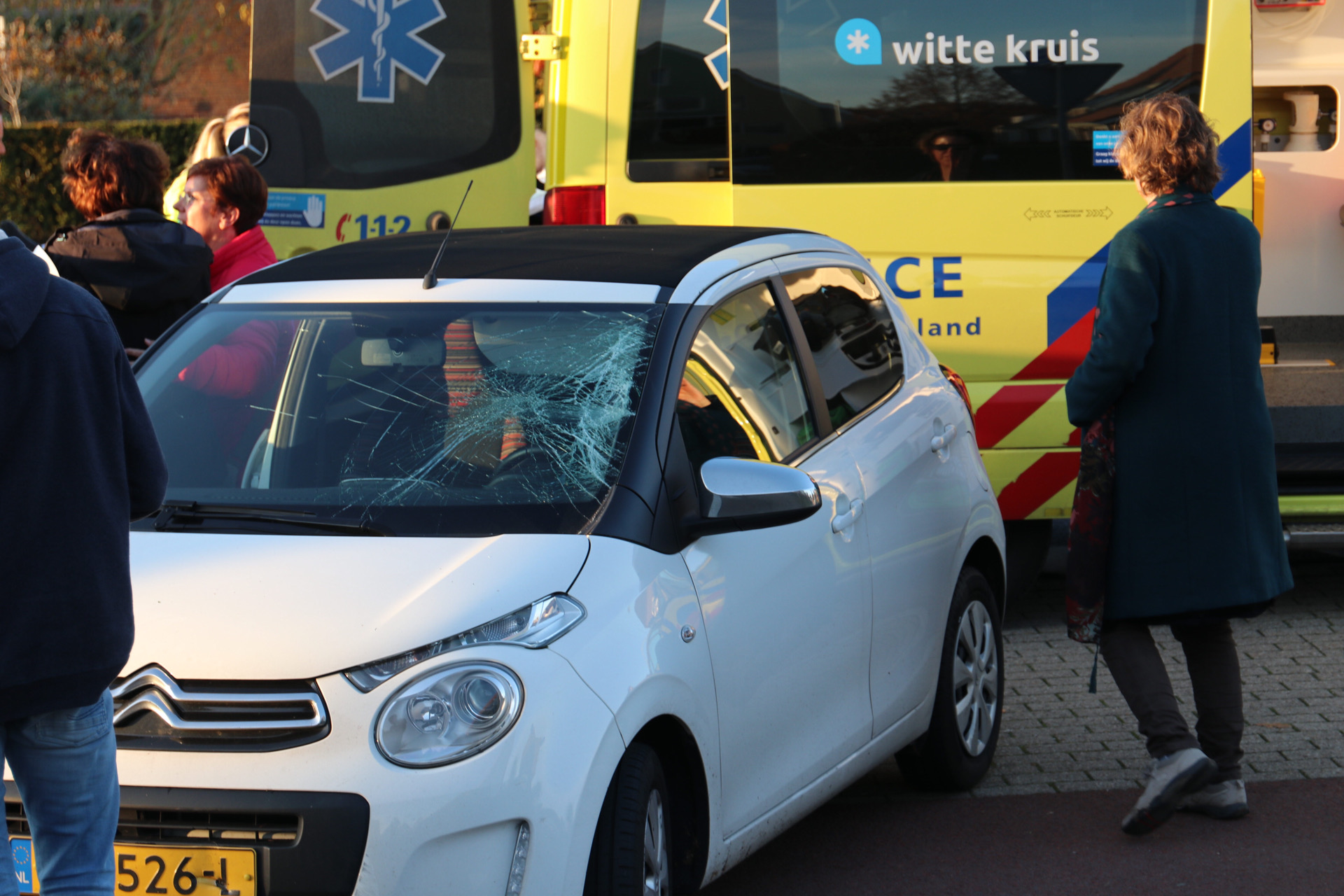 Fietser zwaargewond na botsing met auto in Klarenbeek