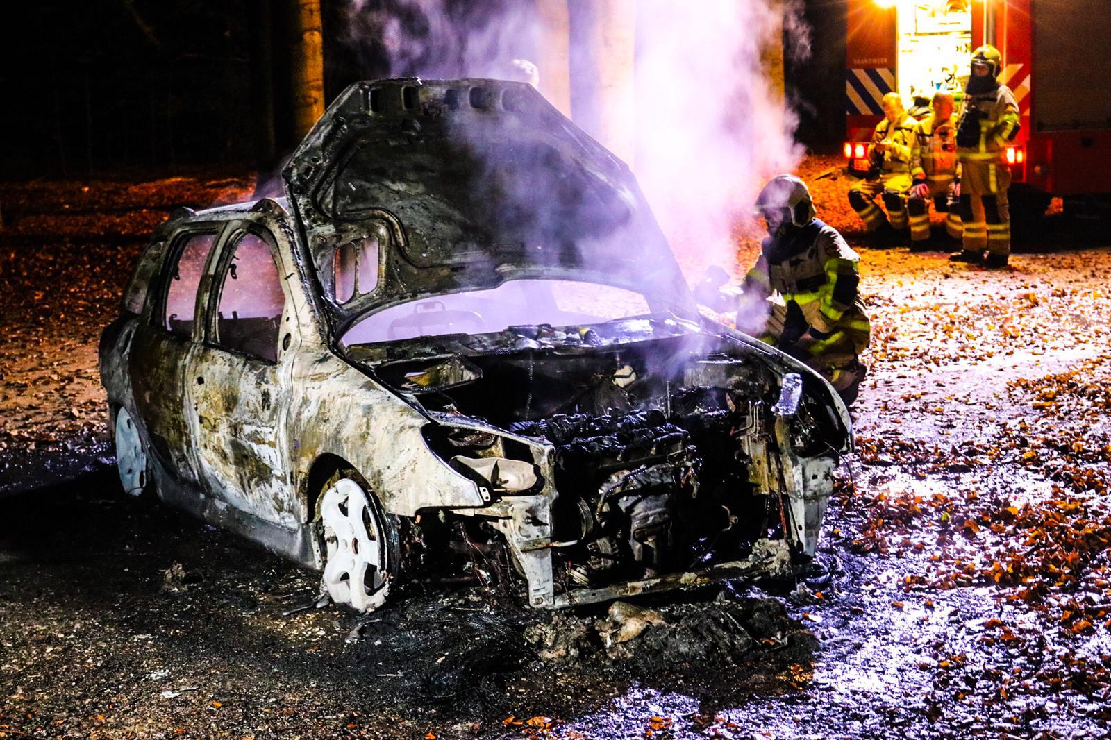Auto verwoest na brand bij Radio Kootwijk