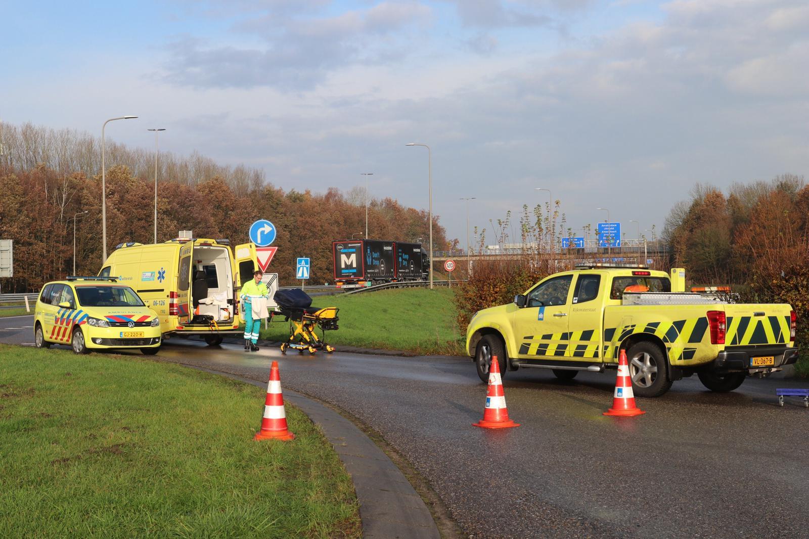 Auto belandt naast de snelweg; hulpdiensten zijn snel ter plaatse