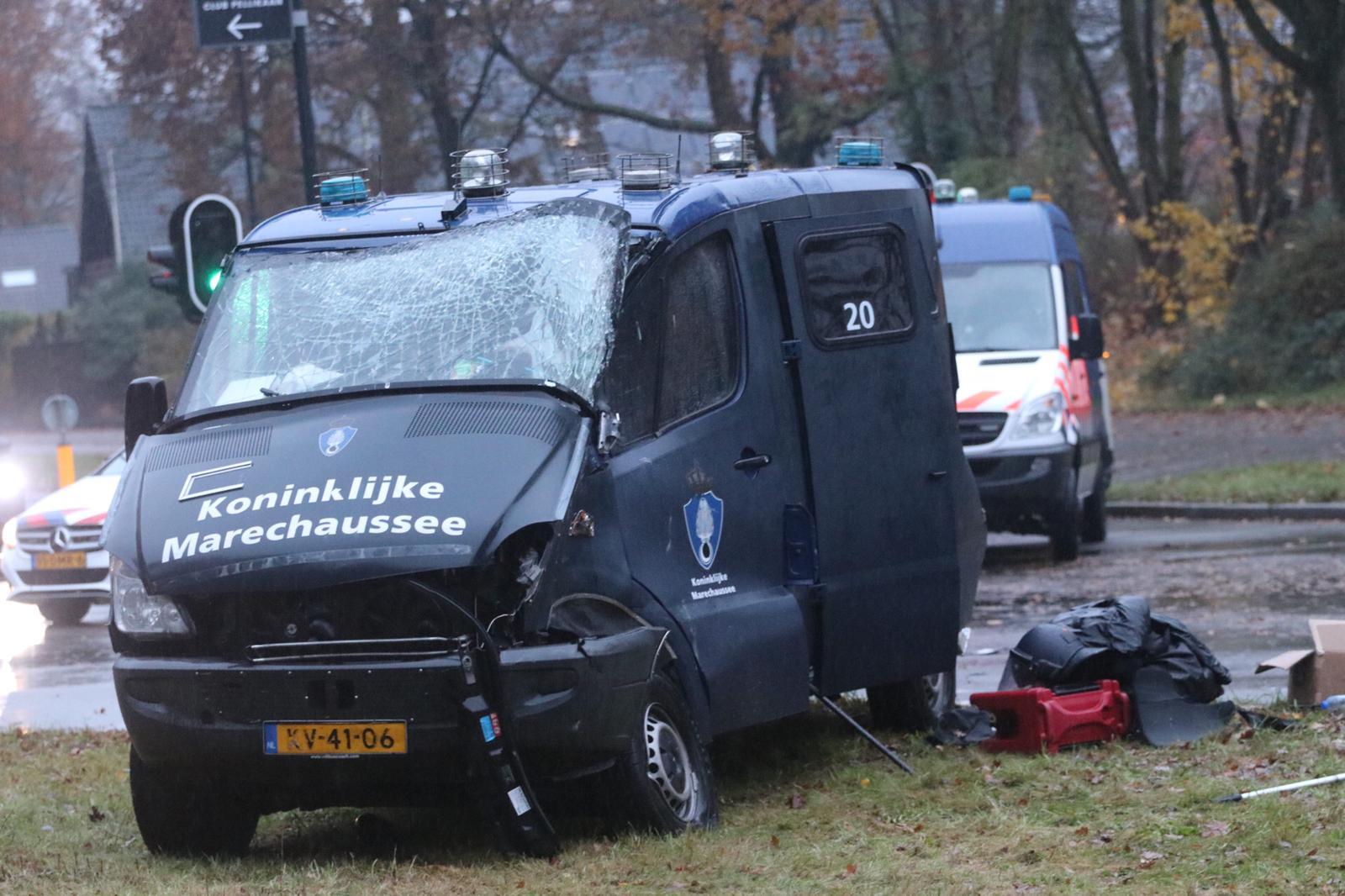 Bestuurder Koninklijke Marechaussee bus gewond na aanrijding.