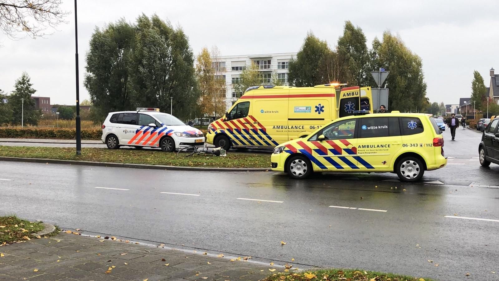 Fietser gewond na botsing met auto op de Ankelaarseweg in Apeldoorn