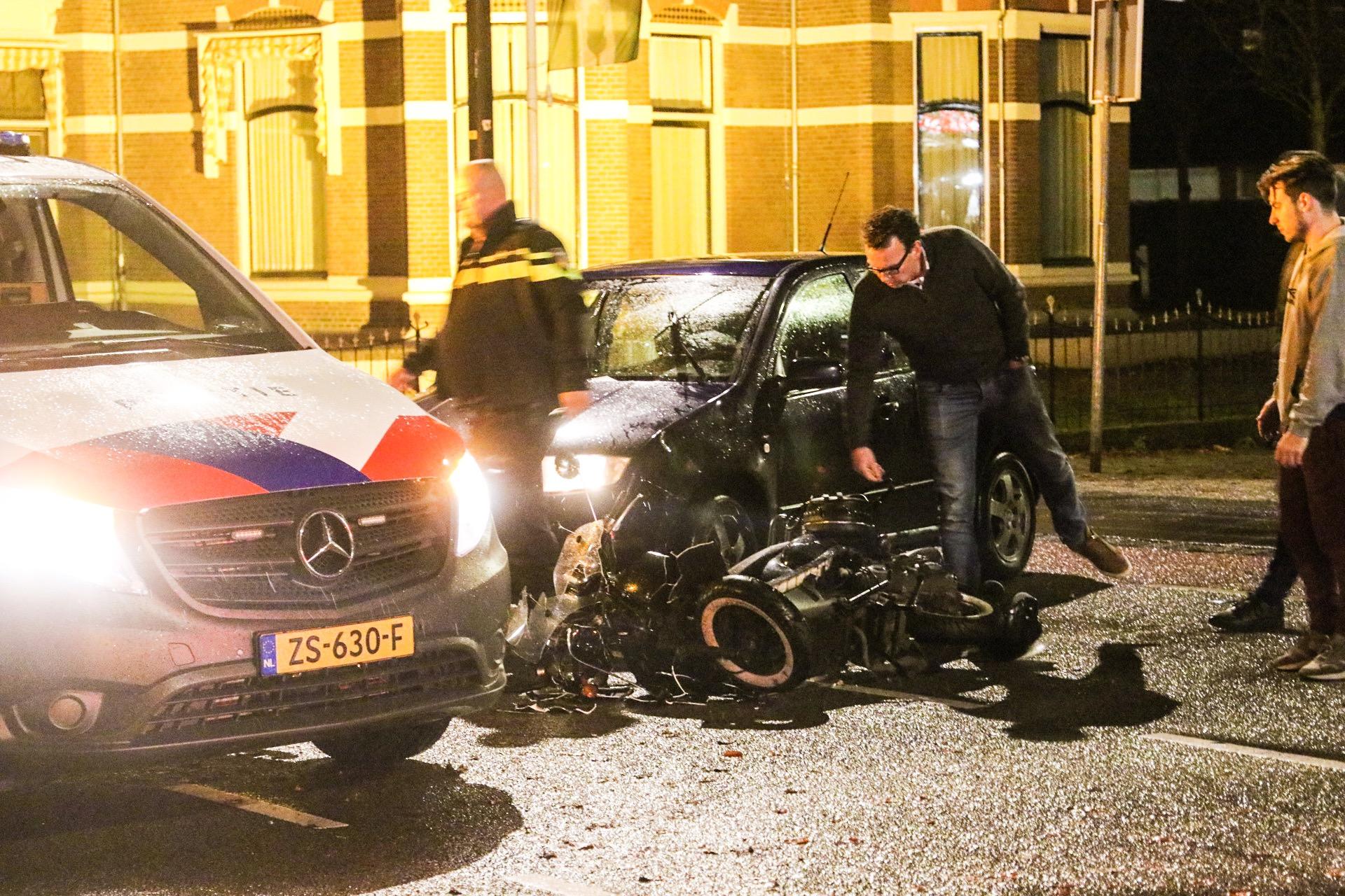 Scooterrijdster botst vol tegen afslaande auto