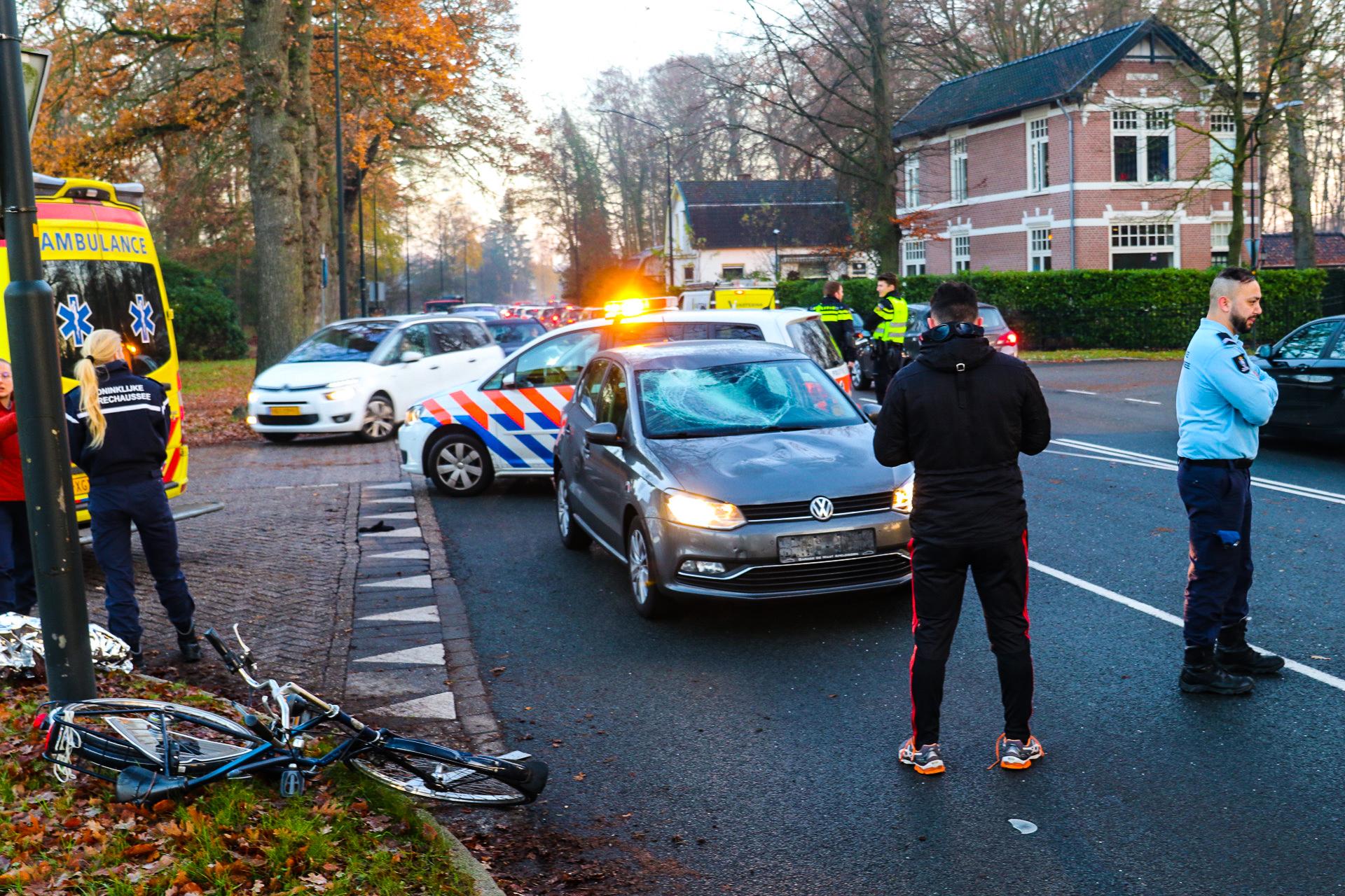 Auto schept fietser op Europaweg; fietser gewond naar ziekenhuis