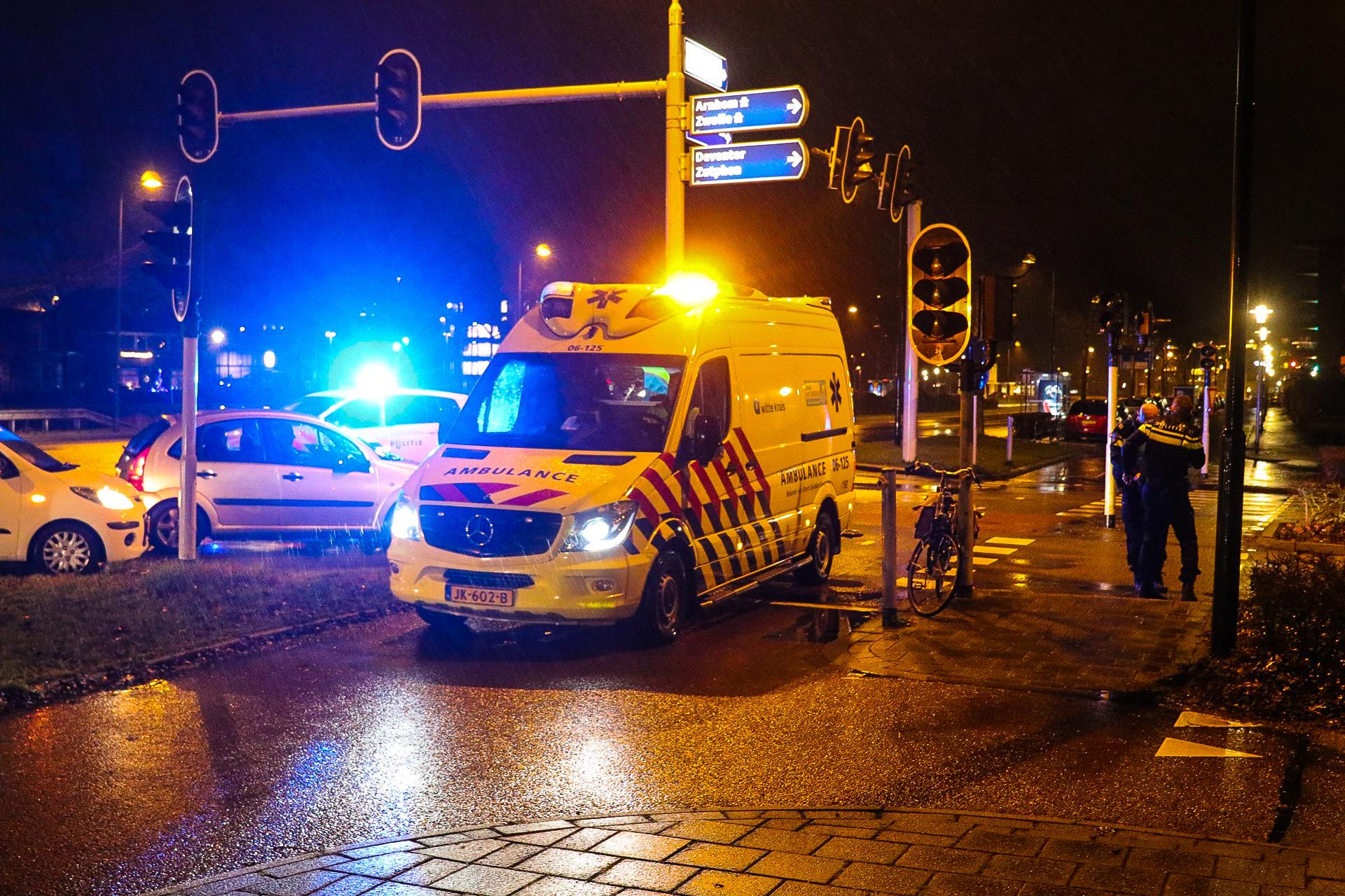 Fietser gewond achter gelaten na botsing in Apeldoorn; Politie zoekt doorrijder