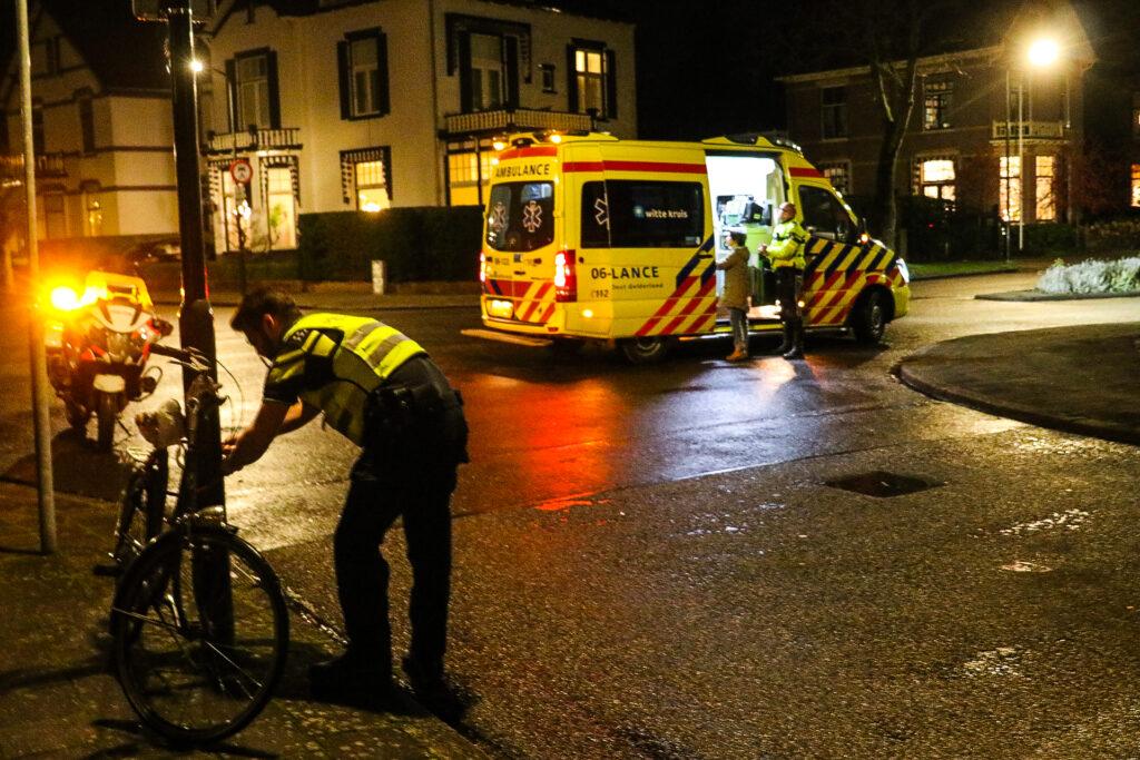 Fietser bewusteloos na botsing met auto in Apeldoorn.