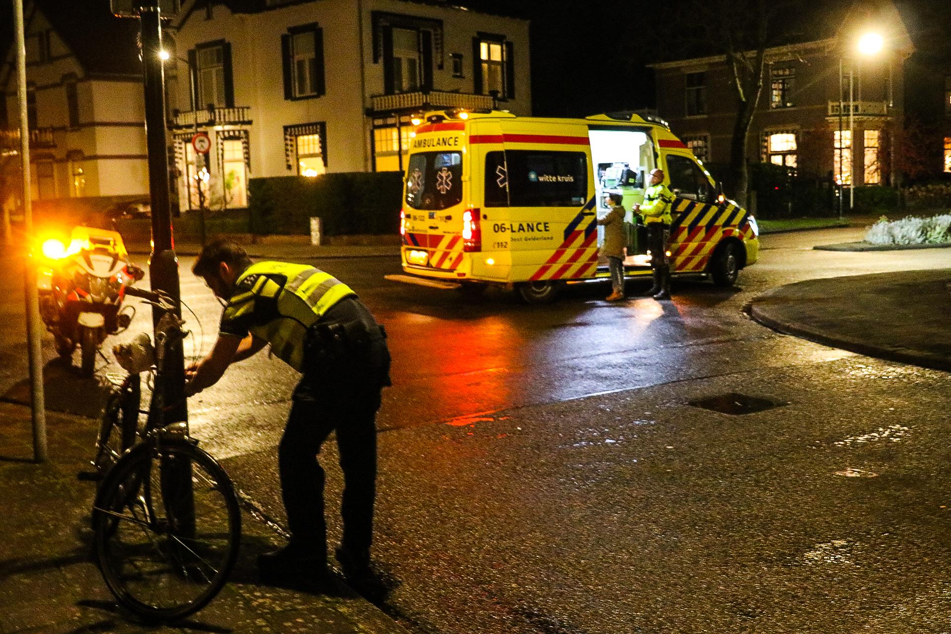 Fietser bewusteloos na botsing met auto in Apeldoorn