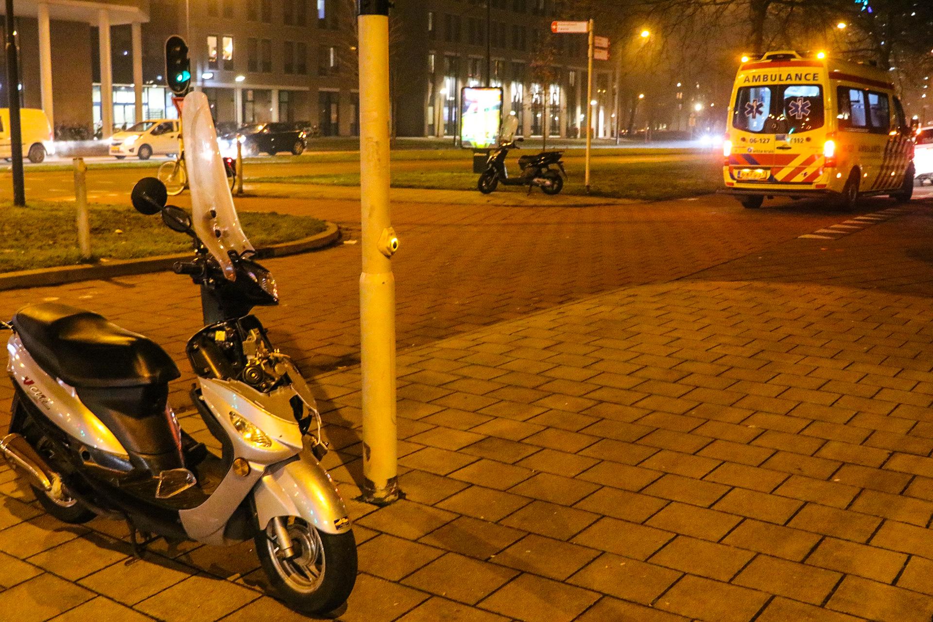 Automobilist laat gewonde scooterrijdster achter na botsing; Politie zoekt bestuurder