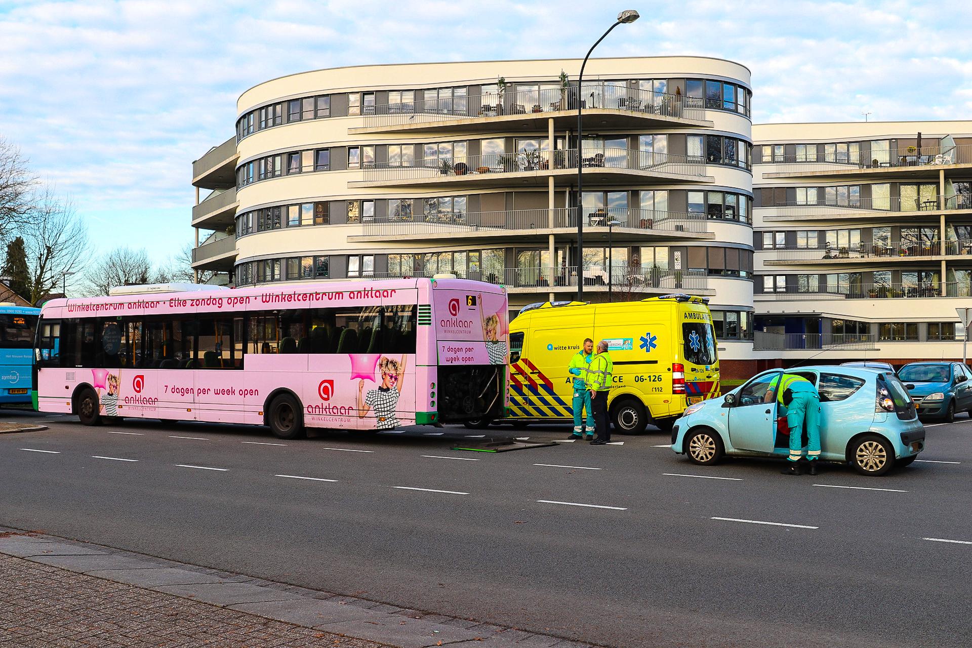 Bus botst op auto in Apeldoorn; Geen gewonden