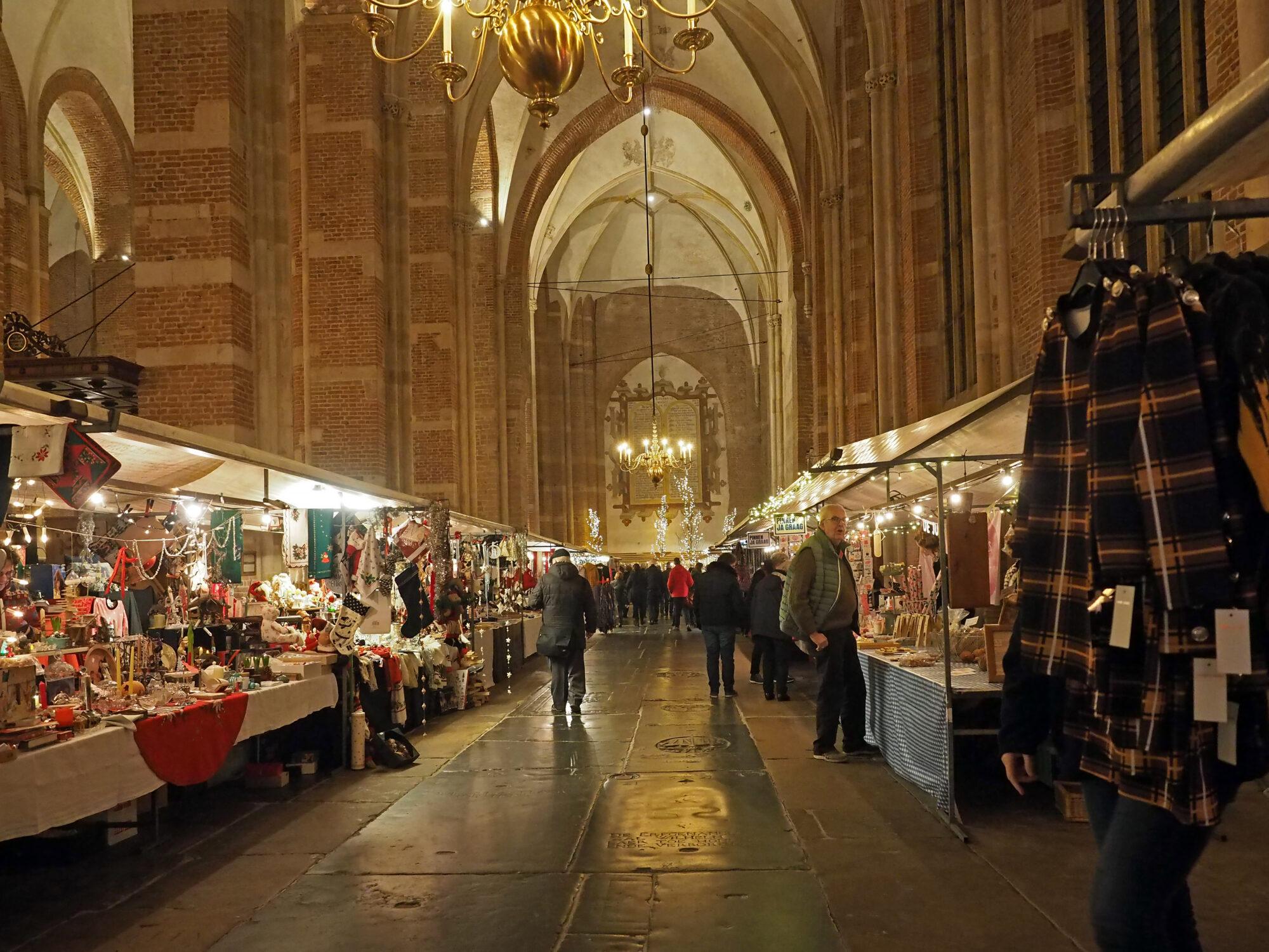 Sfeervolle kerstmarkt in kerk