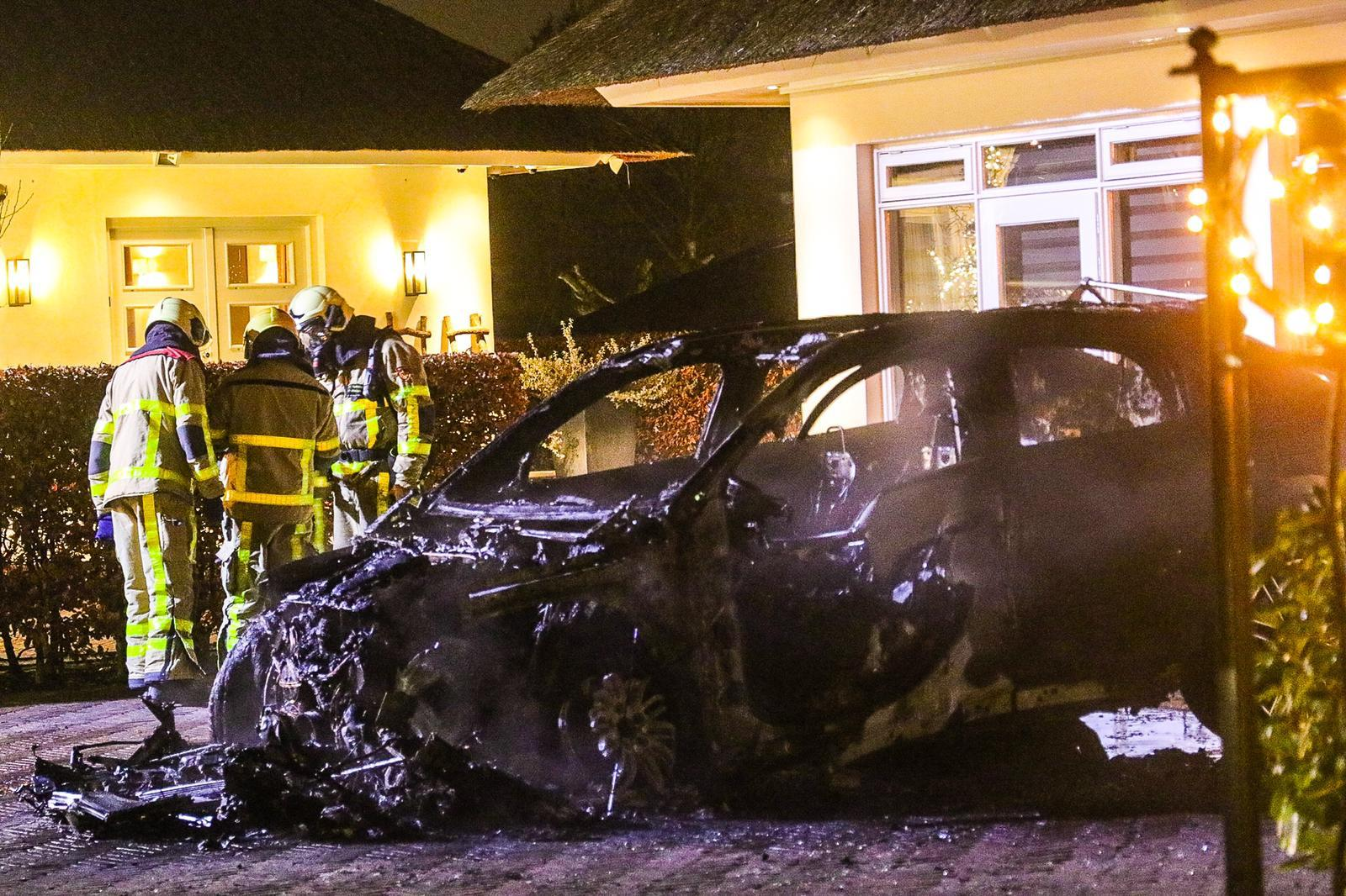 Brandstichting op privéterrein; auto compleet verwoest