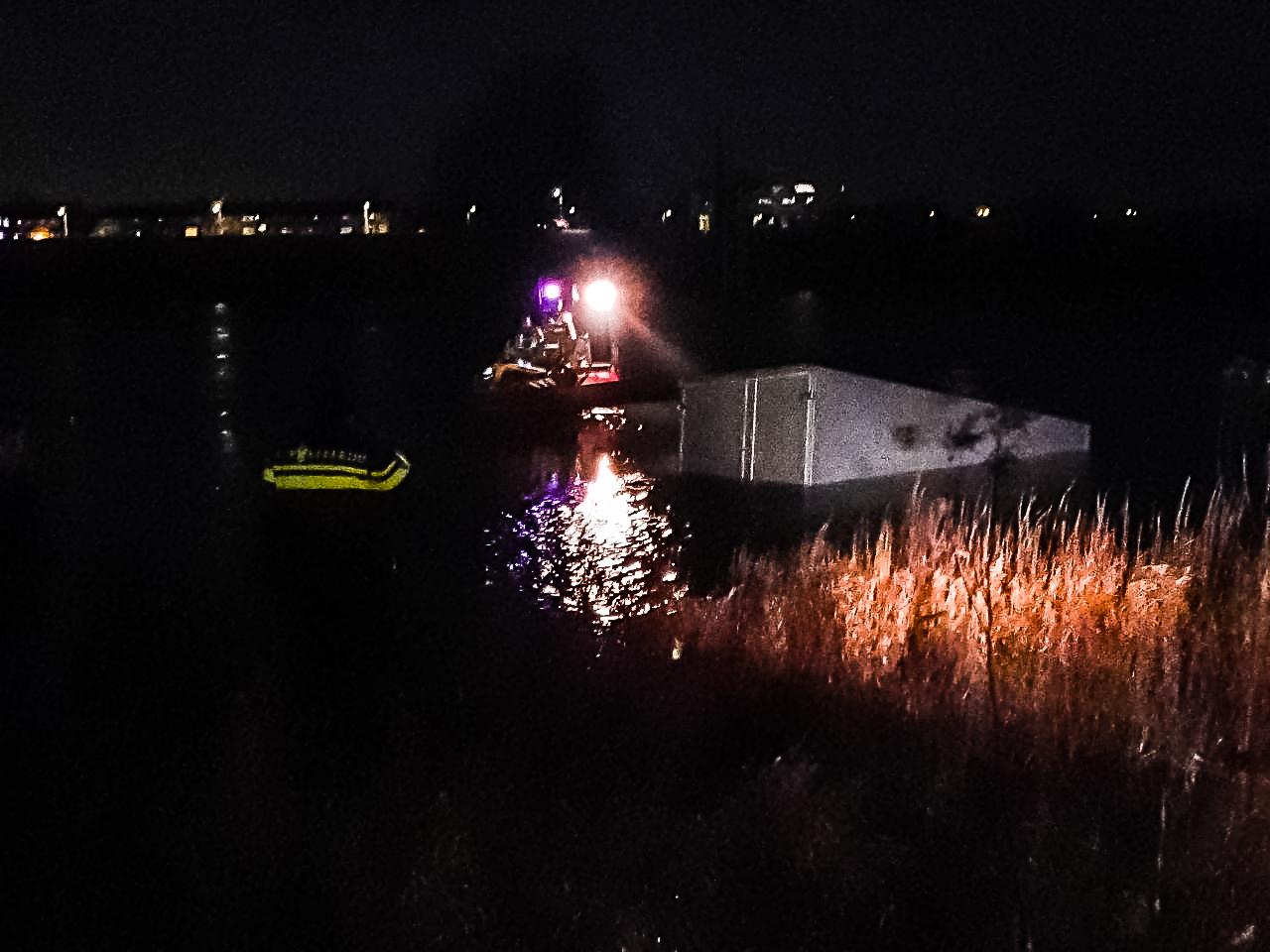 Busje beland in IJssel bij Zutphen; hulpdiensten rukken groots uit
