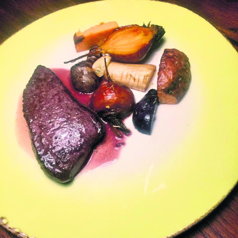Recepten voor de feestdagen: hertenbiefstuk met vergeten groenten en rode portsaus