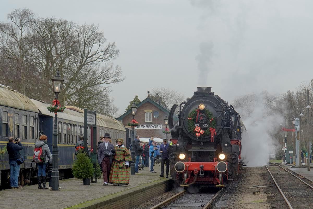 Stoomtrein rijdt tussen twee kerstmarkten