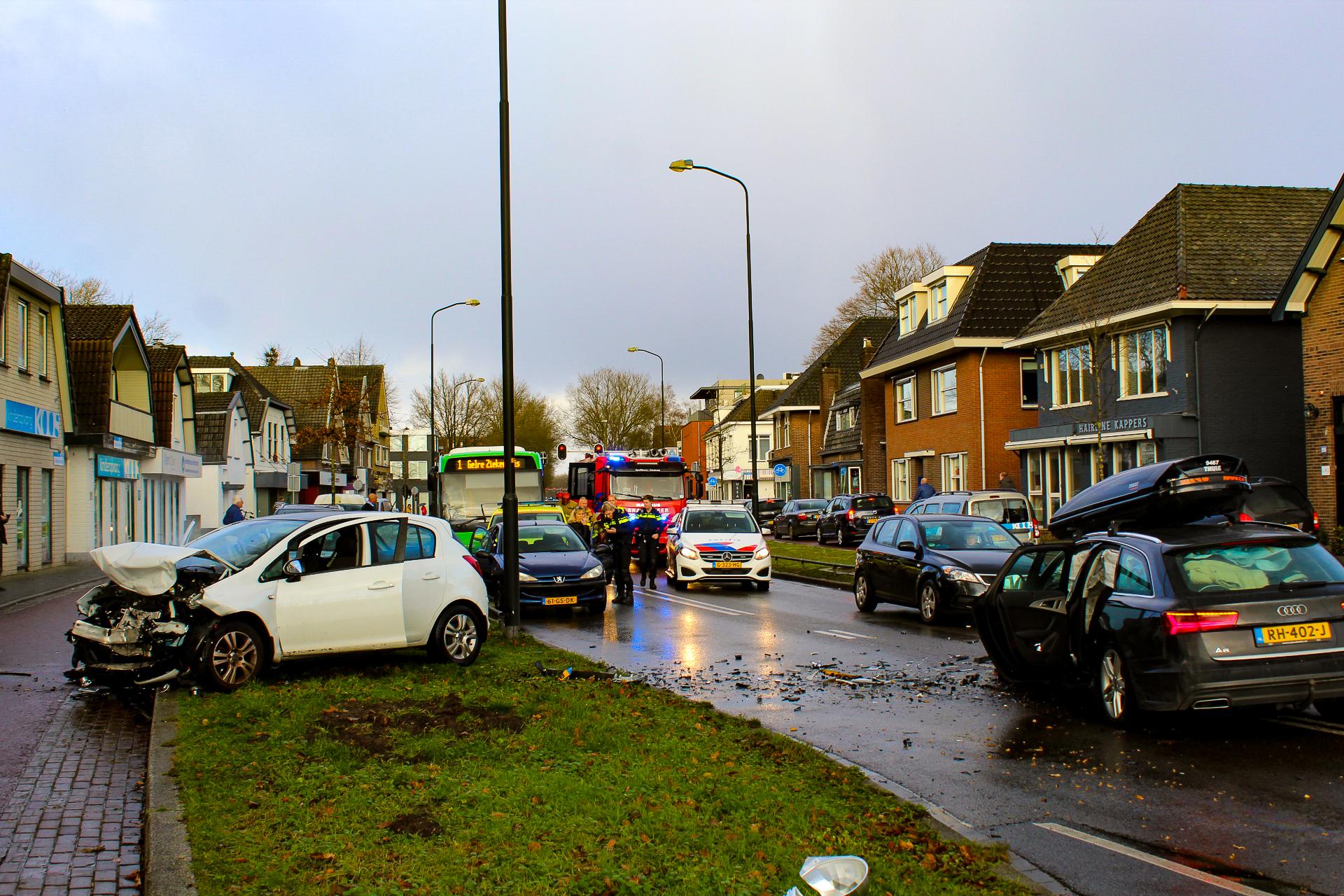 Auto's botsen frontaal op elkaar in Apeldoorn; twee gewonden naar ziekenhuis