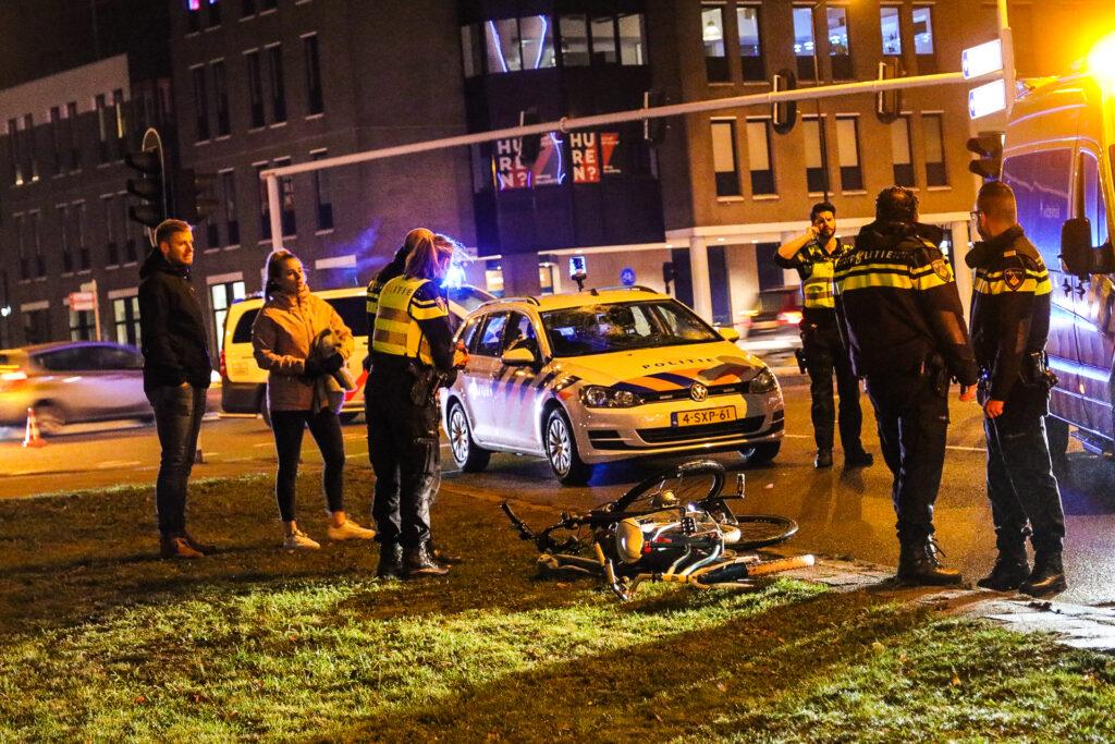 Kind en volwassene aangereden door politieauto in Apeldoorn.