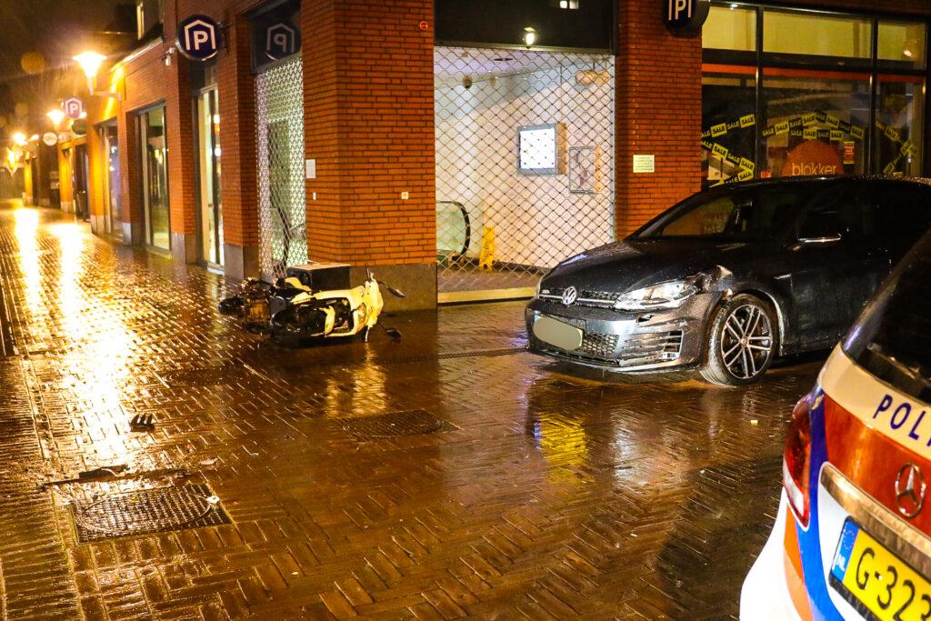 Twee gewonden bij ongeval tussen scooter en auto in Apeldoorn.