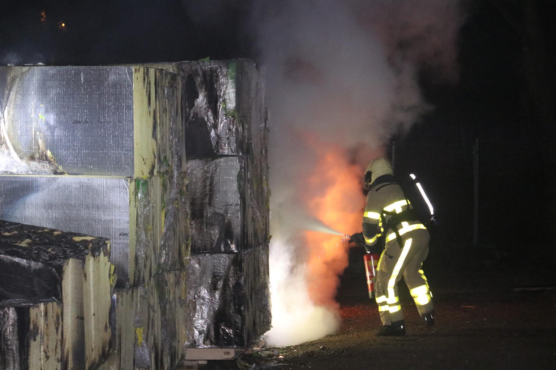 Brandweer blust stapel met isolatiemateriaal