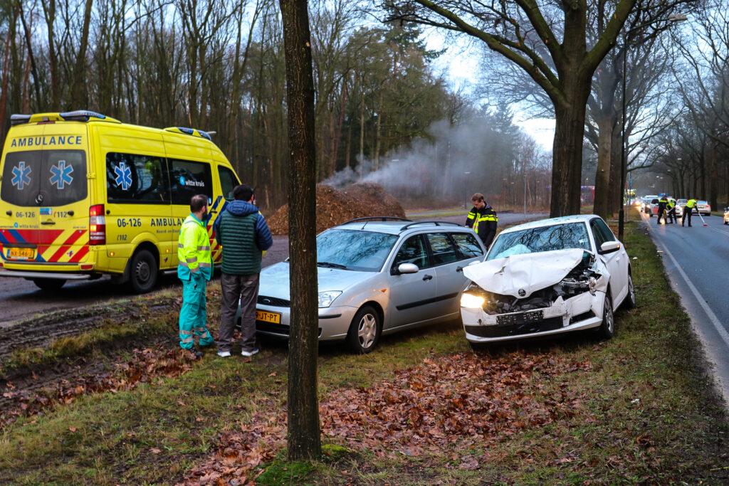 Veel schade bij ongeval op Arnhemseweg in Apeldoorn.