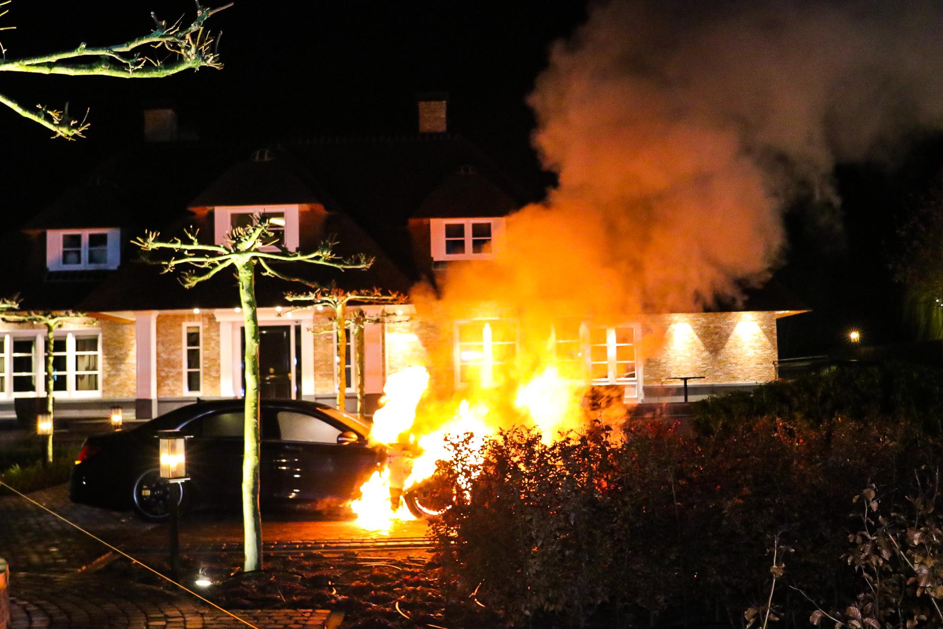 Twee auto's gaan in vlammen op; Politie sluit brandstichting niet uit