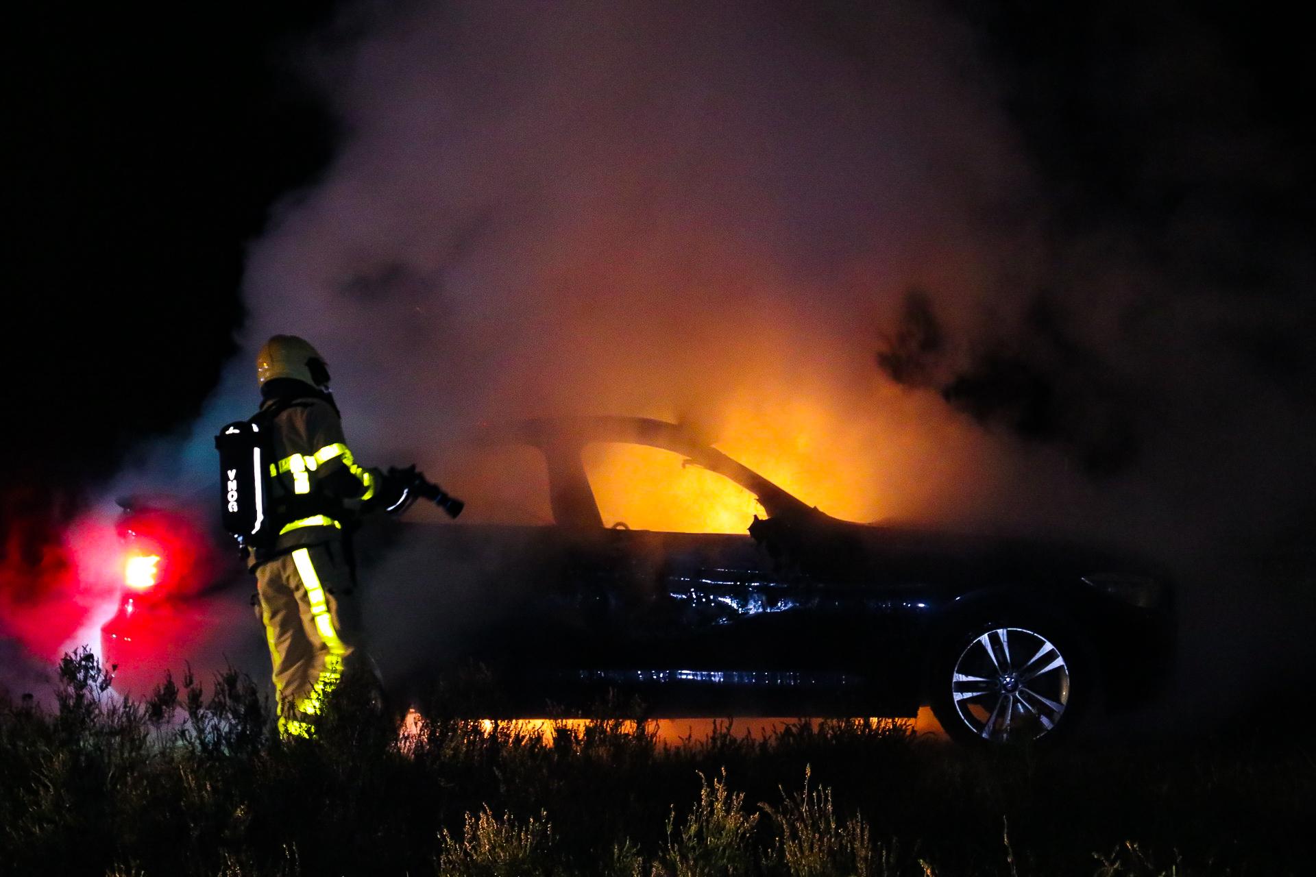 BMW gaat volledig in vlammen op in Beekbergen