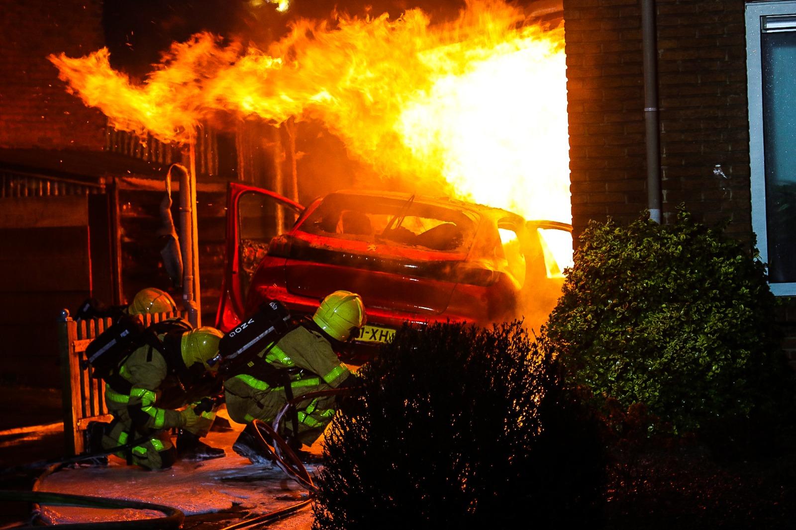 Brand verwoest auto en carport; brandstichting niet uitgesloten