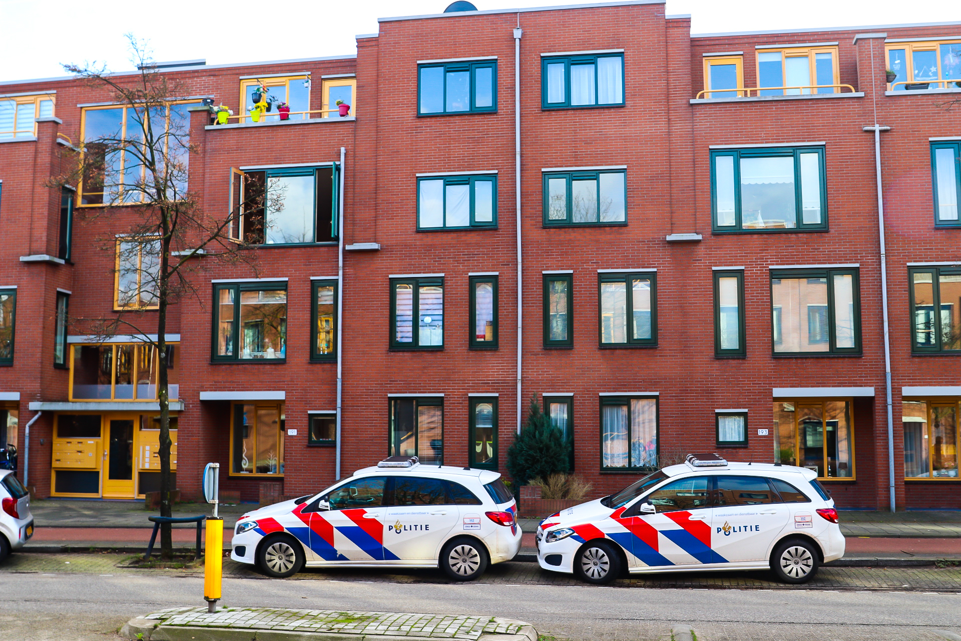 Politie doet onderzoek na aantreffen overleden persoon in appartement in Apeldoorn