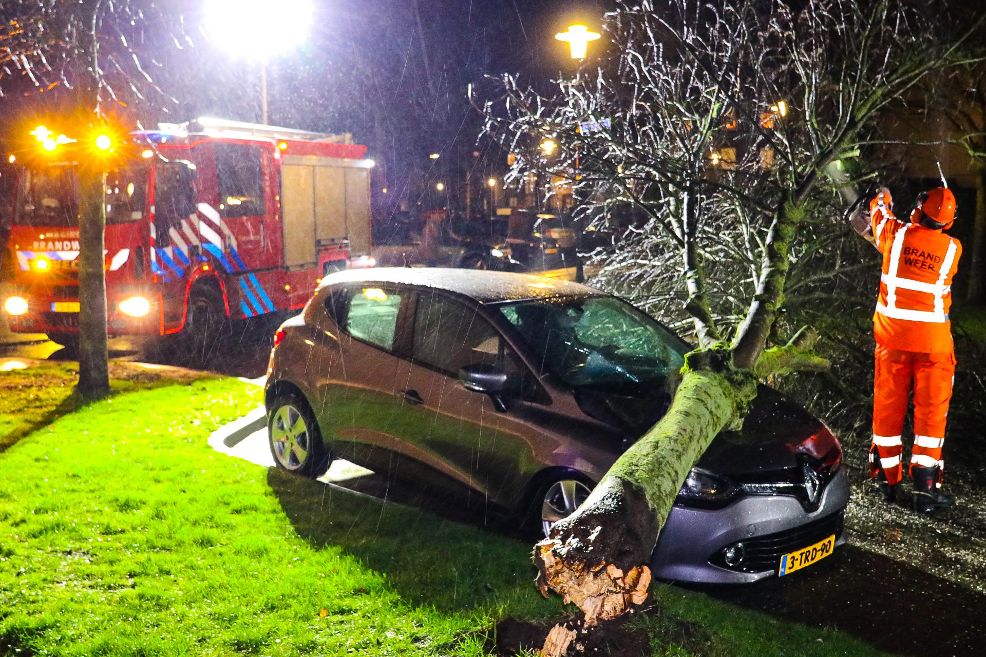 Twee auto's lopen forse schade op tijdens storm in Apeldoorn