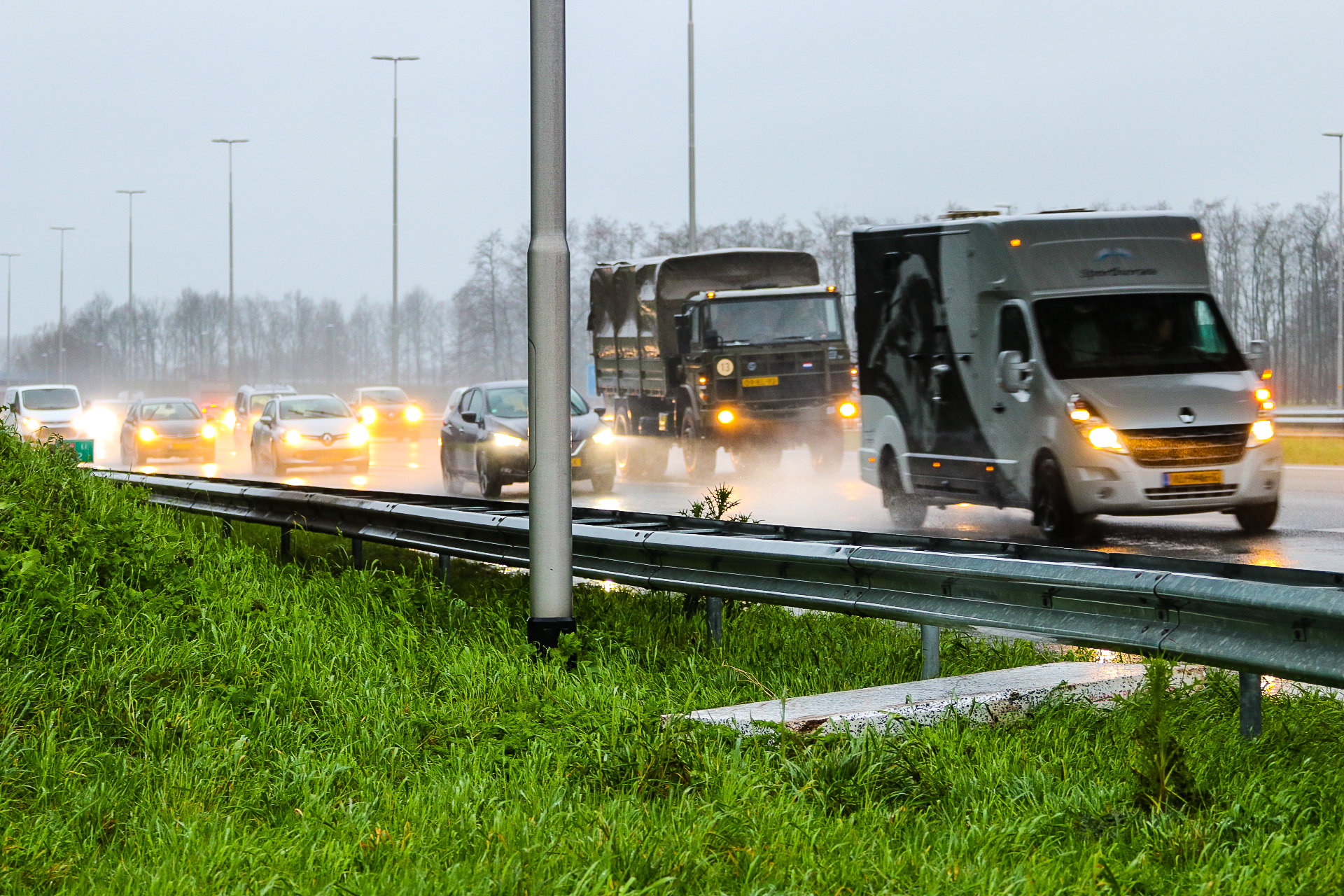 Auto geraakt door betonnen plaat op A50 bij Apeldoorn