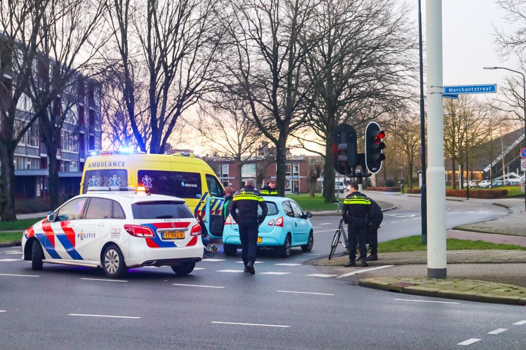 Fietser gewond naar ziekenhuis na botsing met auto in Apeldoorn.