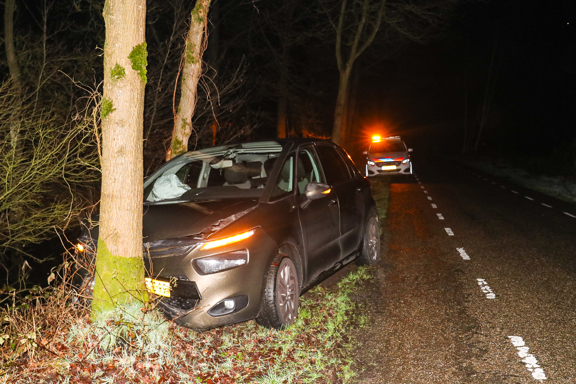 Auto botst frontaal tegen boom in Hall