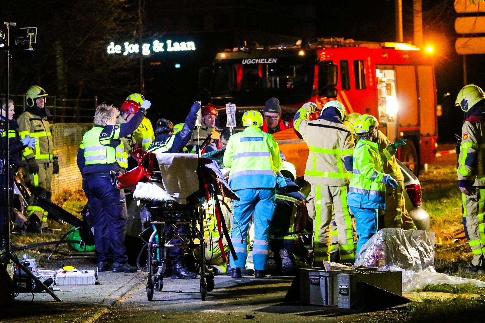 Drie zwaargewonden bij botsing op Laan van Westenenk.